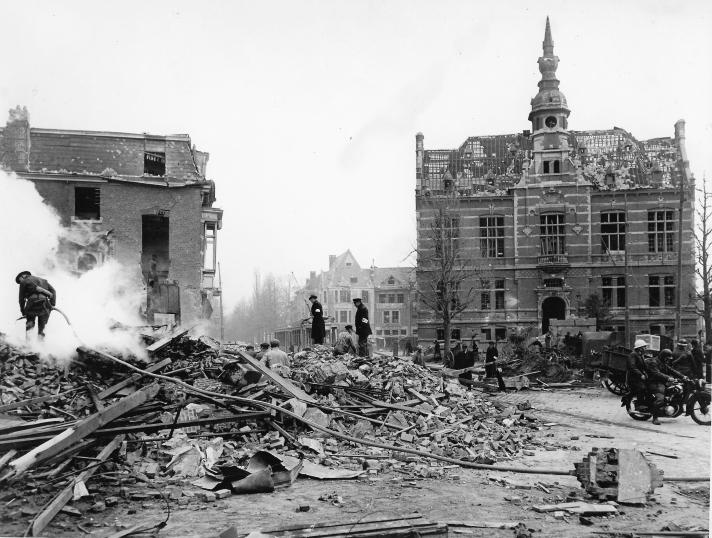 Gemeenteplein met brandweer en gemeentehuis - Heemkundige Kring Kontich