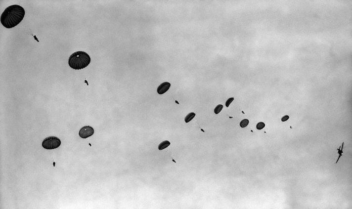 Duitse parachutisten worden gedropt boven Eben-Emaal