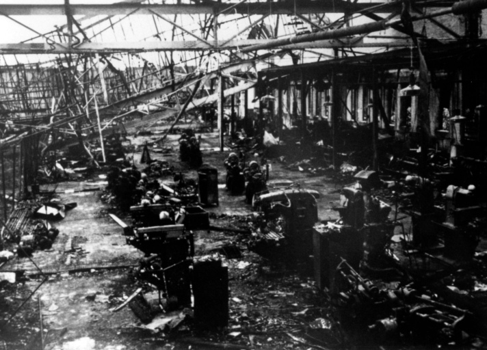 De ingestorte hal 1 van de Erla-fabriek - archief Rely
