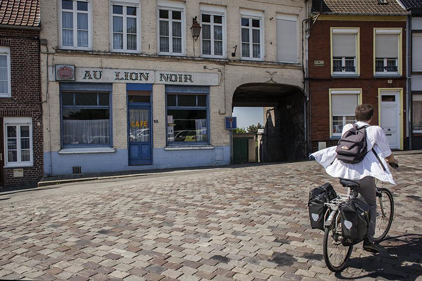 Karel als fietsend in zijn zondags hemd.