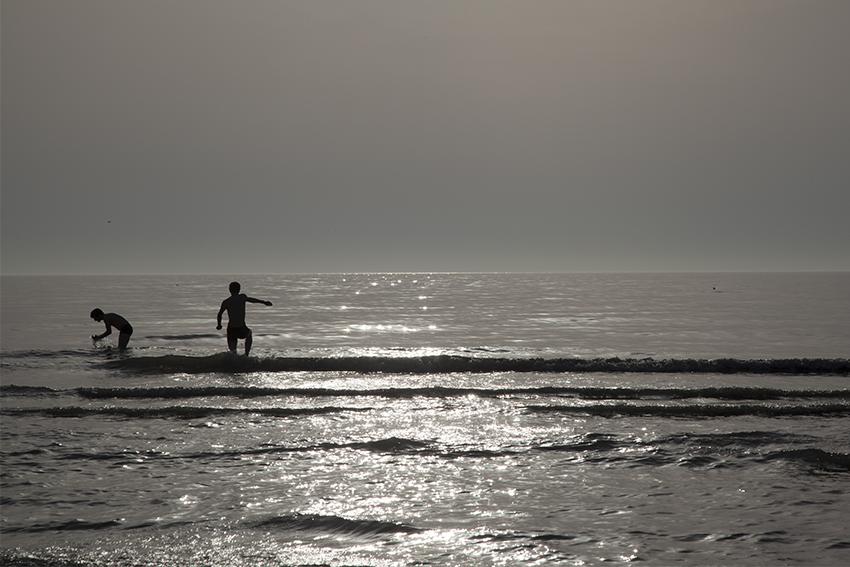 Bij onze aankomst in Wimmereux, vlak boven Boulogne-sur-Mer, sprongen we met drie het water in, net als de jongens toen, die vaak voor de eerste keer de zee zagen.