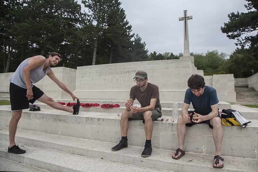 Onderweg zagen we net als de jongens in 1940 de sporen van de Eerste Wereldoorlog. In Etaples bezochten we de grootste Britse begraafplaats in Frankrijk.