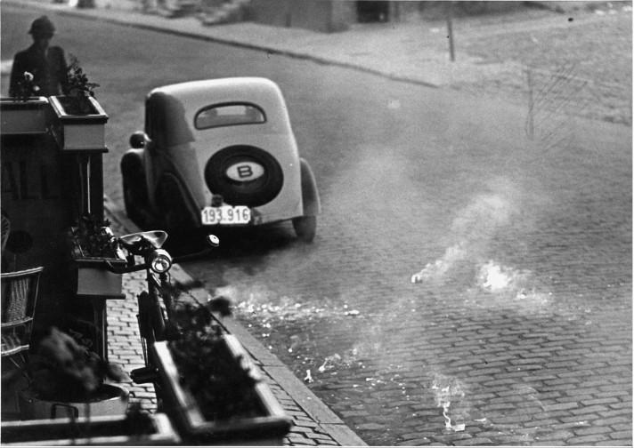 Een zeldzame foto van brandschilfers die uit de Duitse bommen kwamen.