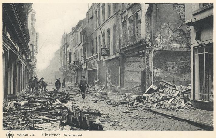 De bekende Oostendse winkelstraat in puin na het bombardement van 27 mei.