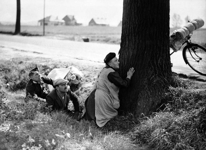 Vluchtelingen schuilen voor de Duitse Stuka's. 18 mei 1940.