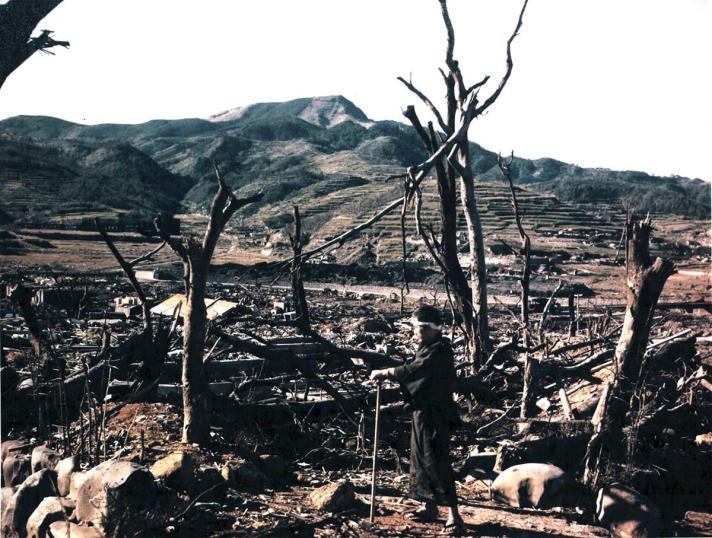 De heuvels van Nagasaki. Op de foto staat dokter Nagai die enkele dagen later stierf ten gevolge van de radiatie.
