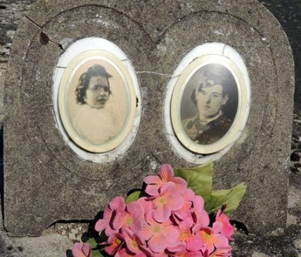 Het graf van twee van de drie slachtoffers: het jonge koppel Suzanne Binon en Nicolas Verhulst