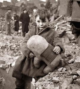 Een van de meest pakkende beelden van de V-terreur: een Londense jongen met zijn knuffel nadat een V heel zijn familie heeft gedood.