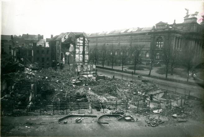 De straathoek na de eerste opruimwerken. (c) Katoennatie - Frans Claes