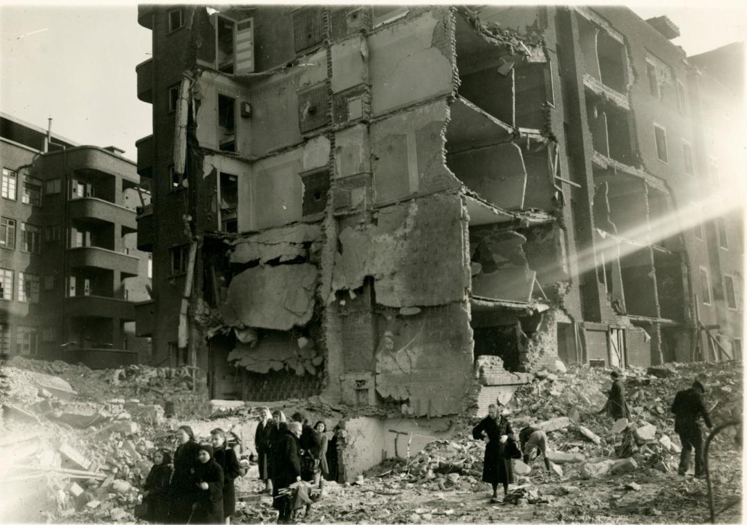 Nijverheidstraat na de V1-inslag van 7 februari 1945. (c) Katoennatie - Collectie Frans Claes