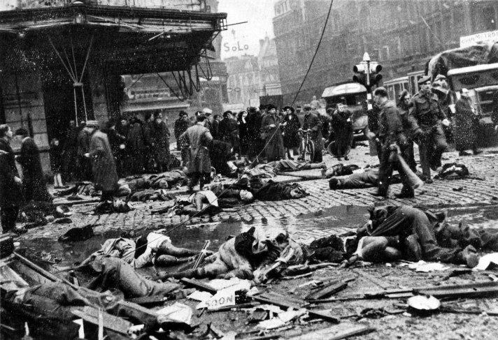 De Antwerpse Teniersplaats na de inslag van V2 op 27 november 1944.