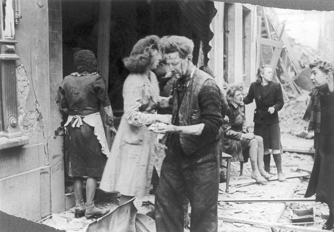 Door de strenge censuur zijn er amper foto's van de V-terreur. Deze is gemaakt na een inslag in Antwerpen (onbekende datum).