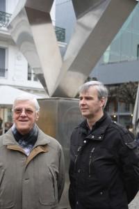 Wim en zijn zoon Dirk Dobbeleers bij het monument voor de V-bomslachtoffers aan de Wapper.