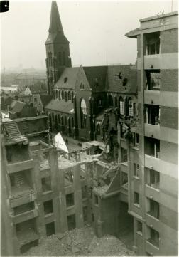 Het getroffen flatgebouw in de Twee Netenstraat. (c) Katoen Natie - Collectief Frans Claes