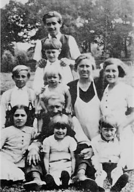 Foto van gezin Boels met de meeste kinderen. Anna (wit kleed) rechts op de foto naast haar moeder, meter Boels. Broer Jef (staat recht bovenaan) en broer Frans (helemaal links met brettelen) waren tijdens de oorlog opgeroepen om in Duitsland te gaan werken. Jef is met andere ondergedoken, maar hun vader (=peter Boels) wist niet waar. Ze hebben bewust dit niet tegen hem verteld want omdat het zo'n brave mens was, hadden ze schrik dat hij het meteen zou verklappen aan de Duitsers als hij onder druk gezet zou worden. Frans ging wel werken in Duitsland en heeft daar zijn vrouw leren kennen, Tamara. Zij was een Russische en werd ook verplicht om in Duitsland te werken. Mijn meter (Louisa) zit tussen de benen van haar vader (=peter Boels). Mijn grootvader (Jean) staat recht en broer Jef legt zijn handen op zijn schouders.